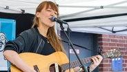 Die Sängerin Antje Schomaker auf einer Bühne. © imago/Manngold Fotograf: Ralph Goldmann