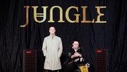"""Das Cover der Band """"Jungle"""" zeigt die beiden Musiker auf einer Bühne, während einer der beiden stehend in die Kamera blickt und der andere daneben hockt und ebenfalls frontal in die Kamera schaut. © XL Recordings"""