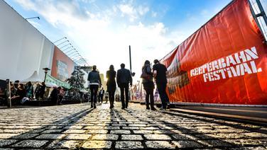 Menschen gehen über die Reeperbahn © NDR Fotograf: Benjamin Hüllenkremer