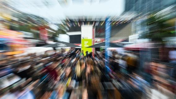 Menschen auf dem Reeperbahnfestival 2016 © NDR Foto: Benjamin Hüllenkremer