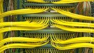Gelbe Netzkabel © Fotolia Fotograf: vschlichting