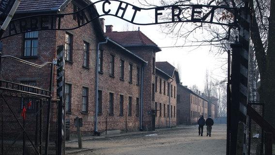 "Schüler im Stammlager Auschwitz. Schriftzug über dem Stammlager Auschwitz ""Arbeit macht frei"" © NDR/Moira Lenz Foto: Moira Lenz"