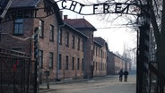 "Schüler im Stammlager Auschwitz. Schriftzug über dem Stammlager Auschwitz ""Arbeit macht frei"" © NDR/Moira Lenz Fotograf: Moira Lenz"