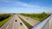 Bild von einer Autobahn mit wenigen Fahrzeugen