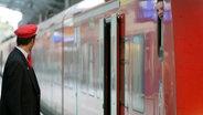 Gespräch zwischen einem Bahnbediensteten und einem Lokführer © dpa-Bildfunk Foto: Rolf Vennenbernd