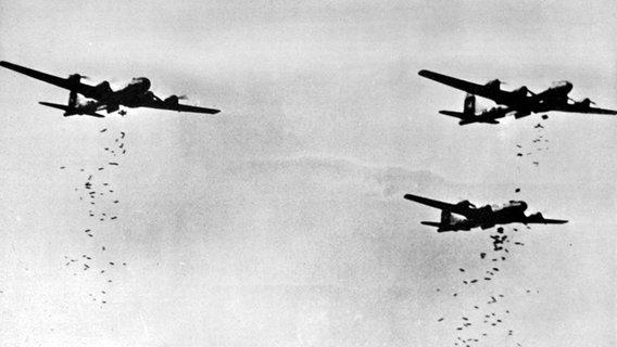 Amerikanische Bomber werfen im Zweiten Weltkrieg ihre Fracht ab © picture-alliance / United Archives/TopFoto