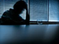 Bild von einem Mann, der in einem abgedunkelten Zimmer sitzt. © NDR