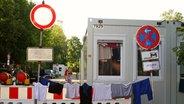 Wohncontainer für Flüchtlinge auf einem Parkplatz in Hamburg-Stellingen © n-joy Fotograf: Antje Barthold