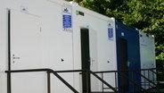 Für die Flüchtlinge stehen hier natürlich auch Waschcontainer zur Verfügung. Darin befinden sich jeweils zwei Duschen, zwei Toiletten und mehrere Waschbecken. © n-joy Fotograf: Antje Barthold