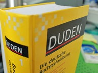"""Ein """"Duden"""" steht auf einem Schreibtisch © NDR"""