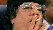 Muammar al-Gaddafi raucht © dpa