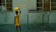 Ein Junge am Straßenrand der gambischen Hauptstadt Banjul.