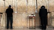 Zwei Juden stehen an der Klagemauer. © NDR Fotograf: Simon Kremer