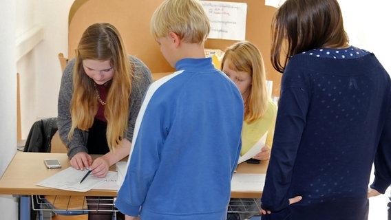 Schüler bei der U18-Wahl © NDR Foto: Katja Gundlach