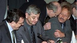 Gerhard Schröder, Joschka Fischer und Jürgen Trittin bei einer Kabinettstagung. © dpa - Fotoreport Fotograf: Stefan Hesse