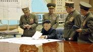 Kim Jong Un berät sich mit Militärs © dpa - Bildfunk Fotograf: Kcna