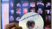 CD mit kinderpornografischem Material © picture-alliance/ dpa