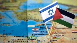 Isarelische und palästinensische Flagge auf Landkarte © picture alliance / ANP