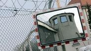 Ein Wachturm und ein Stacheldrahtzaun am Gefängnis in Landsberg am Lech. © picture alliance/dpa