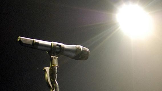 Mikrofon und Scheinwerferlicht © picture-alliance