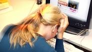 Frau vor Bildschirm © picture-alliance/ dpa