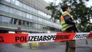 Nach einem Schusswechsel sichern in München Polizisten den Hauptbahnhof. © dpa - Bildfunk Fotograf: Andreas Gebert