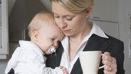 Eine Mutter mit Baby auf dem Arm. © picture-alliance Foto: Elina Simonen