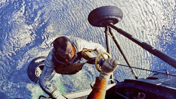 Alan Shepard wird von einem Helikopter aus dem Meer geholt © picture alliance / Everett Collection
