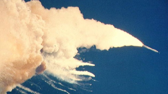 """Explodierendes Space Shuttle """"Challenger"""" © picture alliance / Everett Collection"""