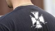 Das Bild zeigt einen Mann mit rechter Symbolik auf dem T-Shirt. © imago Fotograf: Joachim Sielski