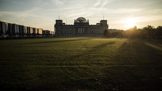 Das Reichstagsgebäude aus der Ferne bei Sonnenuntergang. © FlorianxGaertner/photothek.net Foto: FlorianxGaertner/photothek.net