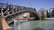 Die Ponte dell'Accademia in Venedig © imago stock&people