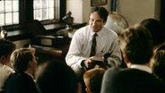 """Szene aus dem Film """"Club der toten Dichter"""", in der Robin Williams seinen Schülern aus einem Buch vorliest. © dpa - Bildfunk Fotograf: Disney"""
