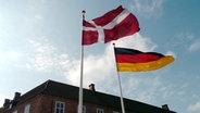 Bild von dänischer und deutscher Flagge