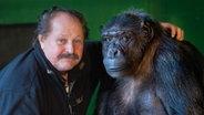 Zirkusdirektor Klaus Köhler und Schimpanse Robby. © dpa-Bildfunk Foto: Julian Stratenschulte