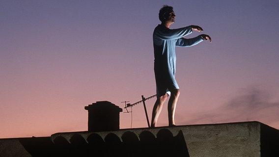 Ein Mann wandelt auf dem Dach im Schlaf. © picture-alliance / dpa Foto: Dieter Assmann