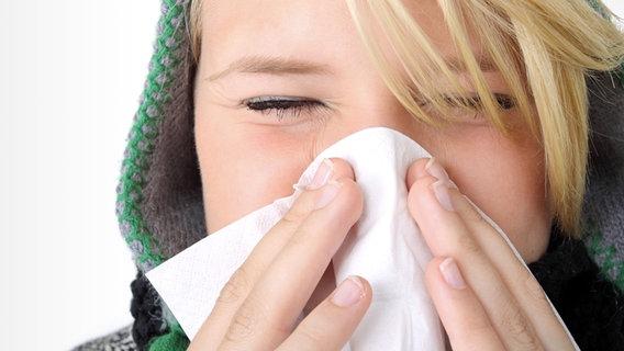 Frau putzt sich die Nase © Fotolia Foto: SK.- P. Adler