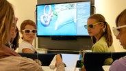 Schüler der Helene-Lange-Schule aus Wiesbaden nehmen am 10.10.2012 auf der Buchmesse in Frankfurt am Main an einer Präsentation eines Klassenzimmers der Zukunft teil. © picture alliance / dpa