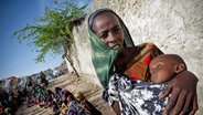 Eine Somalierin mit ihrem unterernährten Baby am 16 Juli 2011 in einem provisorischen Lager in Mogadischu. © dpa - Bildfunk Fotograf: Stuart Price