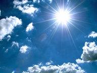 Sonne an bewölktem Himmel. © fotolia.com