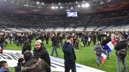 Zuschauer nach dem Abpiff auf dem Rasen des Stade de France. © dpa - Bildfunk Fotograf: Uwe Anspach