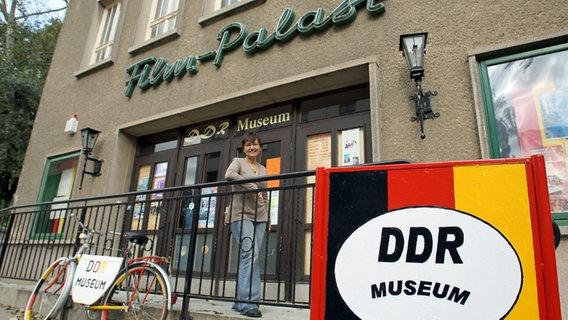 Leiterin Irina Gräser steht vor dem DDR-Museum in Malchow © dpa