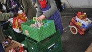 """Bedürftige erhalten an einer Ausgabestelle des Vereins """"Münchner Tafel"""" in München Lebensmittel. © picture alliance Foto: Andreas Gebert"""