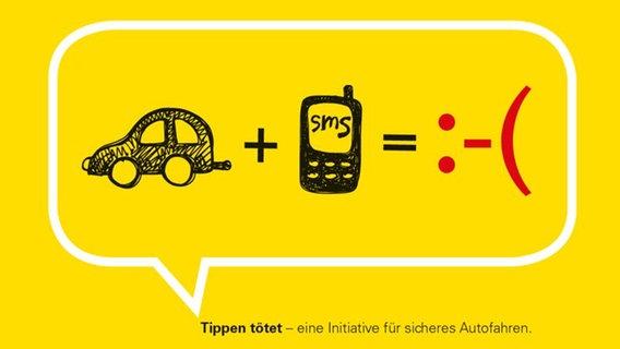 """Ein Foto der Kampagne """"Tippen tötet"""" gegen Handys am Steuer. Es zeigt eine abgewandelte Matheaufgabe: ein Auto plus eine Handy gleich ein negativer Smiley. © Landesverkehrswacht Niedersachsen"""
