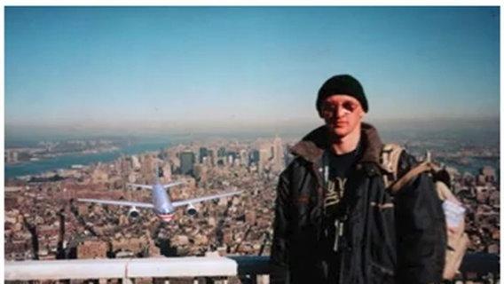 Tourist auf dem Dach des World Trade Center kurz bevor das Flugzeug in den Turm einschlägt © youtube
