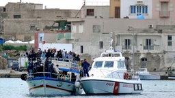 Nordafrikanische Flüchtlinge auf einem Schiff, von der Küstenwache abgefangen. © dpa - Bildfunk Fotograf: Franco Lannino