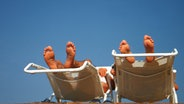 Füße auf einem Liegestuhl © picture-alliance Fotograf: chromorange