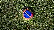 Schild: Eingeschränktes Halteverbot © zettberlin/ photocase.de Fotograf: zettberlin