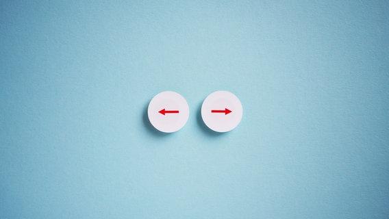 Zwei Pfeile zeigen in entgegengesetzte Richtung. © sör alex / photocase.de Foto: sör alex