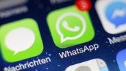 Das WhatsApp-Logo auf einem Smartphone-Display. © picture alliance/HOCH ZWEI Fotograf: Philipp Szyza / HOCH ZWEI